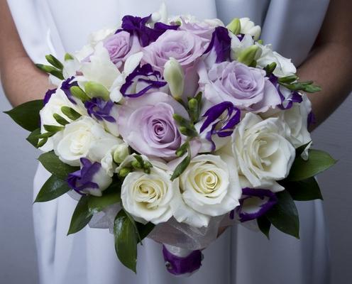 Фото брюнетки с букетом цветов