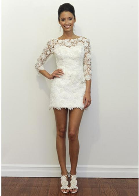 Короткое свадебное платье с рукавами из кружева