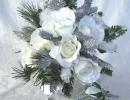 bouquet-sposa-natale-con-aghi-di-pino-rose-e-decori-in-argento