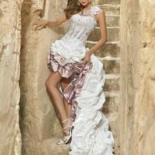 Выбор стильной и современной девушки - это короткое свадебное платье со шлейфом. Фото и полезные советы