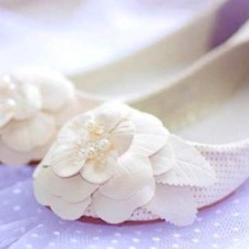 Правильно подобранные свадебные туфли на низком каблуке - это залог красивого образа невесты. Фото и советы