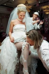 жених снимает подвязку