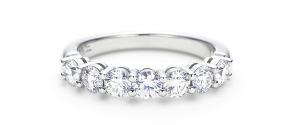 обручальное кольцо из платины классического исполнения с 7 бриллиантами, расположенными по полукругу