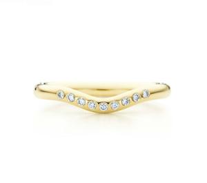 изящное кольцо из желтого золота с девятью прозрачными бриллиантами из коллекции Эльзы Перетти