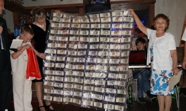 поздравление плед из денег на свадьбу будет для черно-белого