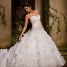 Создайте себе образ королевы с помощью пышного свадебного платья со шлейфом